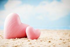 Coeur sur le sable sur le bord de la mer Photographie stock