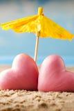 Coeur sur le sable sur le bord de la mer Image stock