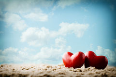 Coeur sur le sable sur le bord de la mer Photographie stock libre de droits
