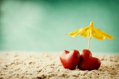 Coeur sur le sable sur le bord de la mer Photo stock