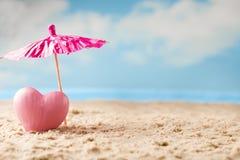 Coeur sur le sable sur le bord de la mer Photos stock