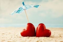 Coeur sur le sable sur le bord de la mer Images libres de droits