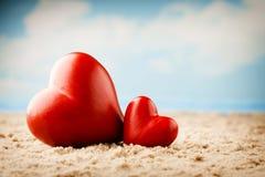 Coeur sur le sable sur le bord de la mer Photo libre de droits