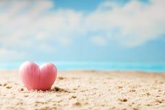 Coeur sur le sable sur le bord de la mer Photos libres de droits