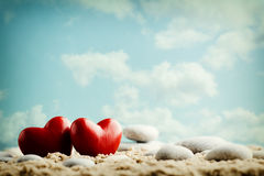 Coeur sur le sable sur le bord de la mer Photo stock