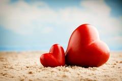 Coeur sur le sable sur le bord de la mer Images stock