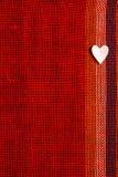 Coeur sur le tissu texturisé au jour de valentines Photographie stock libre de droits