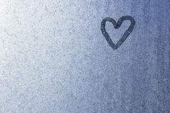 Coeur sur le verre congelé Glace sur un fond de fenêtre petit Photo libre de droits