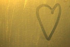 Coeur sur le verre de rosée jaune Photo stock