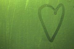 Coeur sur le verre de rosée Vert Image libre de droits