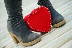 Coeur sur les bottes du ` s de route et de femme Image libre de droits