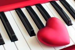 Coeur sur les clés de piano Images stock