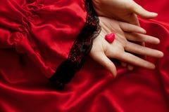 coeur sur les mains de couples Photographie stock