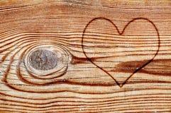 Coeur sur un panneau en bois Photos stock