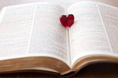 Coeur sur une bible Photos libres de droits