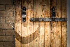 Coeur sur une porte de grange Photographie stock libre de droits