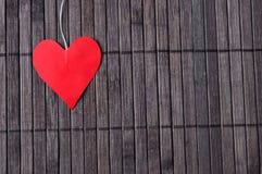 Coeur sur une texture en bois Image libre de droits