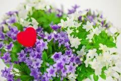 Coeur, symbole de l'amour en petites fleurs d'un bouquet Photos libres de droits