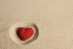 Coeur symbolique dans le sable Photos libres de droits
