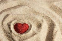 Coeur symbolique dans le sable Photo libre de droits
