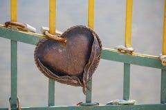 Coeur symbolique enchaîné avec un cadenas Photographie stock libre de droits