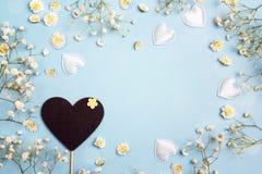 Coeur-tableau noir vide avec des fleurs et des coeurs de gypsophila sur bleu Photographie stock libre de droits