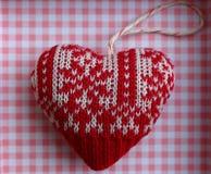 Coeur tricoté de décoration sur le fond à carreaux rose et blanc en tant que symbole romantique d'amour Images stock