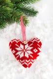 Coeur tricoté sur la neige Images libres de droits