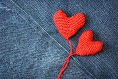 Coeur tricoté sur le fond de texture de blues-jean Photo stock