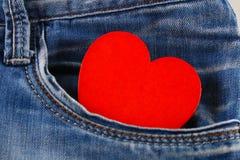 Coeur - un symbole des piaulements d'amour hors de la poche de pantalons de jeans Le concept du jour des amants Jour de rue Valen Photo stock