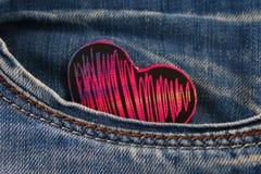 Coeur - un symbole des piaulements d'amour hors de la poche de pantalons de jeans Le concept du jour des amants Jour de rue Valen Images stock