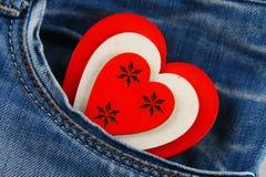 Coeur - un symbole des piaulements d'amour hors de la poche de pantalons de jeans Le concept du jour des amants Jour de rue Valen Photos stock