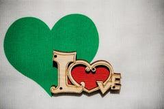 Coeur vert avec amour sur le fond en bois Photos stock