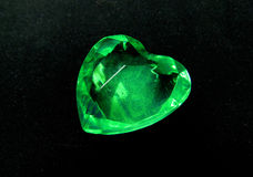Coeur vert de gemme sur le concept noir d'amour de fond Photos stock