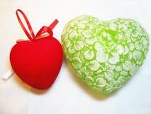 Coeur vert et rouge de valentine d'isolement sur le fond blanc Image stock