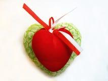 Coeur vert et rouge de valentine d'isolement sur le fond blanc Photographie stock libre de droits