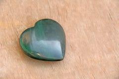 Coeur vert fait de jade en pierre naturel Un mensonge en pierre en forme de coeur Images stock