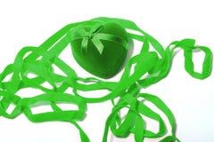 Coeur vert parmi le ruban Photos stock
