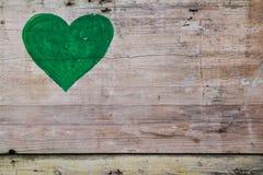 Coeur vert sur un fond en bois Photographie stock