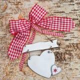 Coeur vide sur le fond en bois avec le ruban rouge Photographie stock libre de droits