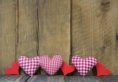 Coeurs à carreaux sur le fond en bois. Images libres de droits
