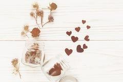 Coeurs élégants dans le pot et les roses en verre sur le Ba en bois rustique blanc Photo libre de droits