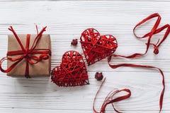 Coeurs élégants et rouge actuels sur le fond en bois blanc rustique Photos libres de droits