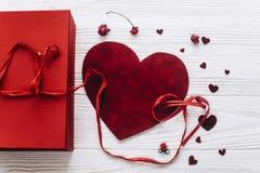 Coeurs élégants et rouge de velours actuels sur le CCB en bois blanc rustique Images libres de droits