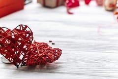 coeurs élégants sur le fond en bois blanc Jour de valentines heureux images libres de droits
