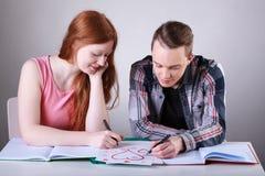 Coeurs adolescents de dessin de couples au lieu de l'étude Images libres de droits