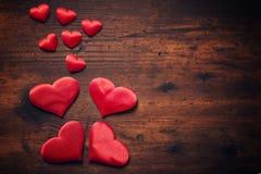 Coeurs au-dessus de table en bois Photographie stock libre de droits
