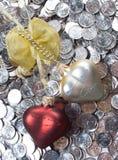 Coeurs au-dessus des pièces de monnaie Image stock