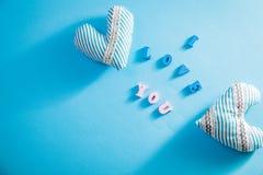 Coeurs avec je t'aime l'inscription sur le fond bleu Concept de jour du ` s de Valentine Photographie stock