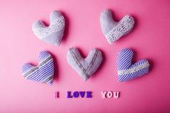 Coeurs avec je t'aime l'inscription sur le fond rose Concept de jour du ` s de Valentine Images libres de droits